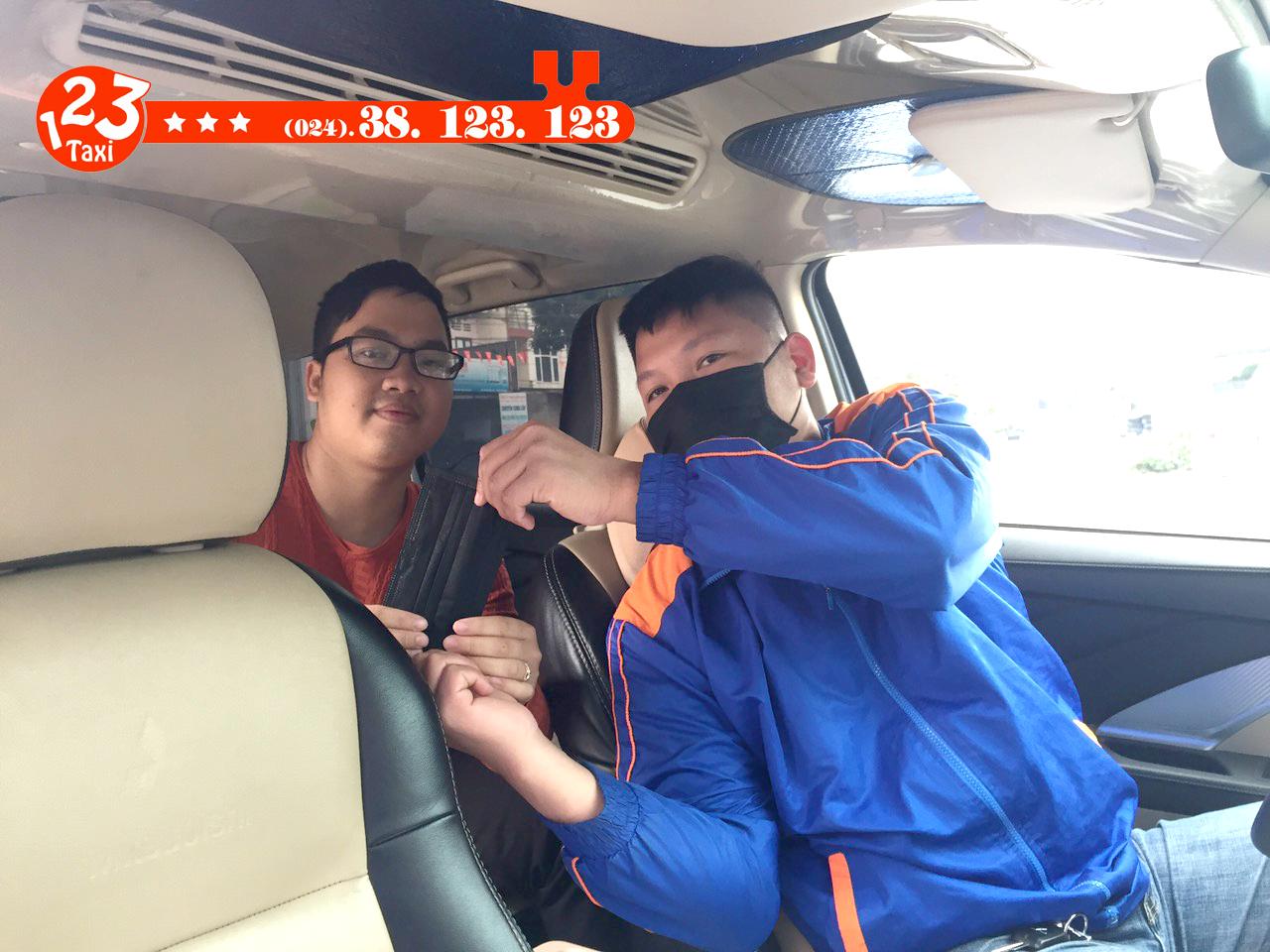 Lái xe taxi 123 tặng khẩu trang cho khách hàng giữa dịch virus Corona